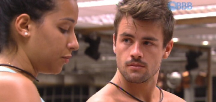 Talita-e-Rafael-se-beijam-mas-ex-sister-dá-bronca-ao-pé-do-ouvido-720x340